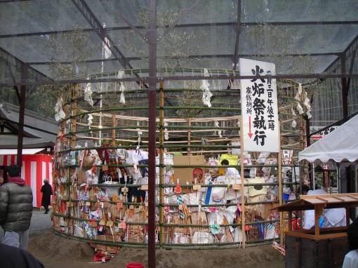 They're a little hard to see, but there are arrows around the perimeter of the cage. Arrows have a variety of symbolic meanings in Japan, and special ones are often considered sacred.